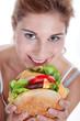 Junge Frau isst hausgemachten Hamburger