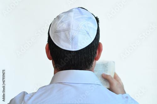 Fotomural Jewish man with kippah pray