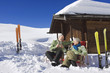 Italien,Südtirol,Seiseralm,älteres Paar sitzt vor Blockhaus