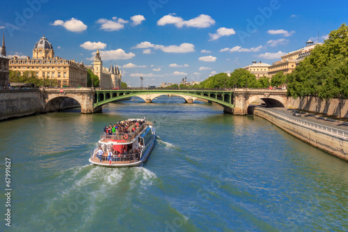 Fotografia  River Seine and the Conciergerie in Paris, France
