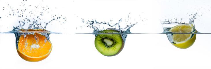 różne owoce w wodzie