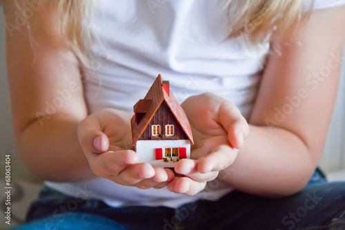 Photo  Dollhouse in human hand