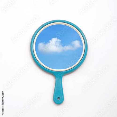 fototapeta na drzwi i meble lusterko z odbiciem błękitne niebo, chmury izolować na białym