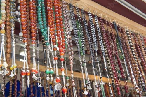 Photo  Ornate jewelry hanging at market stall