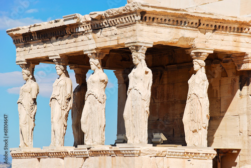 In de dag Athene statues of Porch of the karyatides, Athens