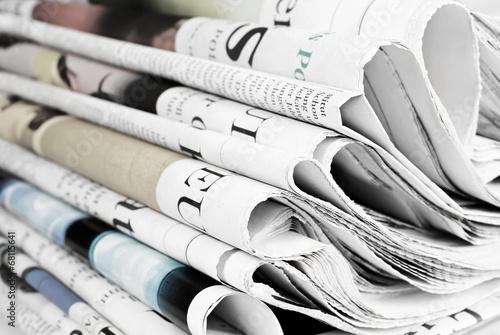 Fotografía  Pila de periódicos viejos, enfoque selectivo