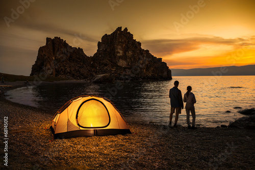 Foto op Plexiglas Kamperen Camping at lake and beautiful sunset