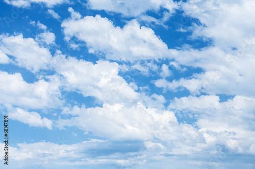jaskrawe-blekitne-niebo-z-chmurami