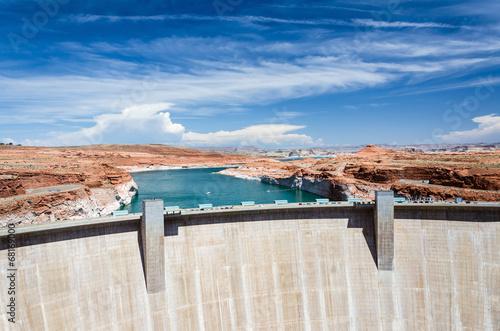 Deurstickers Dam Riesiger Staudamm und Wasserreservoir in der Wüste