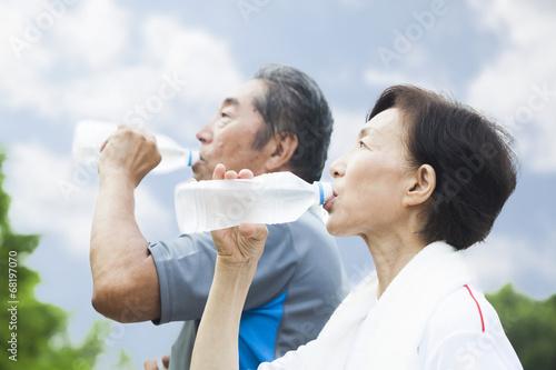 Fotografie, Obraz  ペットボトルの水を飲むシニア