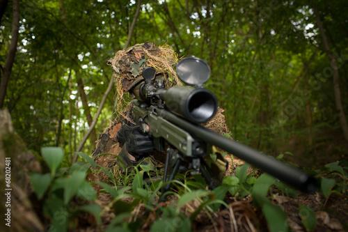 Fotografía  Francotirador enmascarado está apuntando a la diana durante la misión