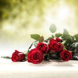 Rzucone czerwone róże