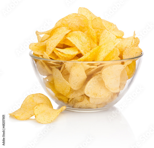 Fotografía  Potato chips in glass bowl isolated on white background