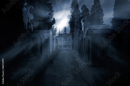 Foto auf AluDibond Friedhof Cemetery in a foggy full moon night