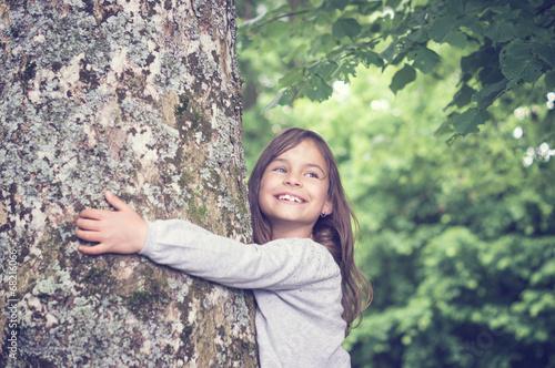 Fotomural Girl under big Tree, retro