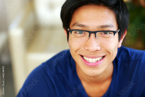 Fotografia  Closeup portrait of a cheerful asian man