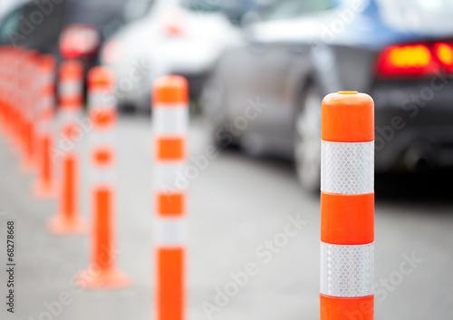 Fotografía  Bolardo de naranja en la carretera. Embotellamiento.