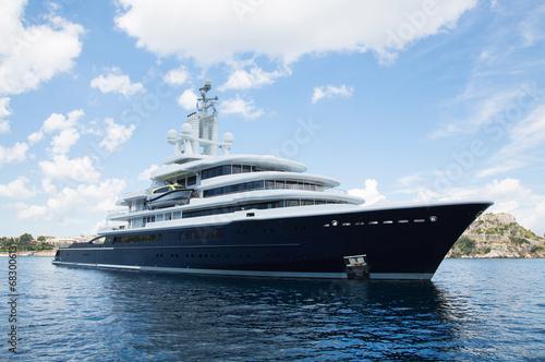 Fotografía  Luxus: Megagroße Yacht am Meer - Konzept Reichtum