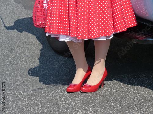 Tablou Canvas Roter Petticoat mit weißen Punkten und rote Pumps bei den Golden Oldies