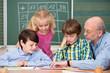 lehrer betreut eine gruppe von kindern