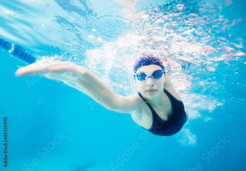 Fotografía  Female swimmer gushing through water in pool
