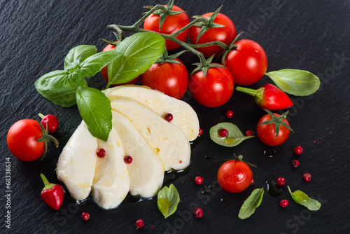 Fotografía  View from above of Tomatoes with mozzarella and  spices