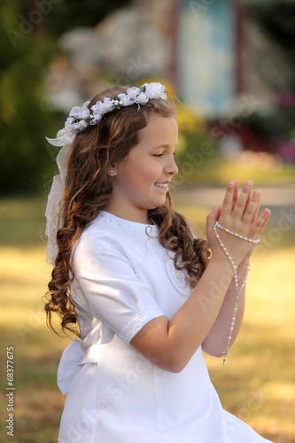 Fototapeta Radosna dziewczynka modli się. obraz