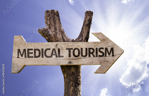 Foto  Hölzernes Zeichen des medizinischen Tourismus an einem schönen Tag