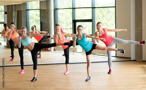 Fotografía  group of women working out in gym