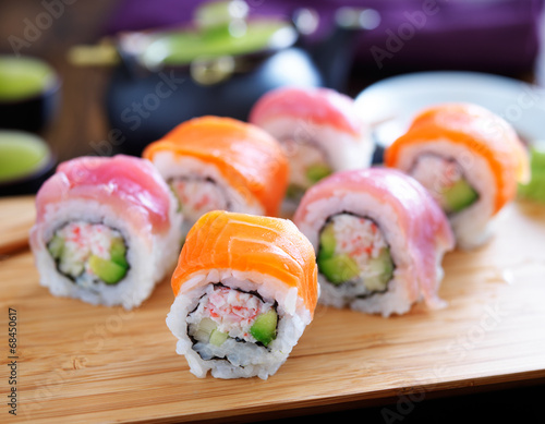 Photo  salmon and tuna sushi on a wooden tray