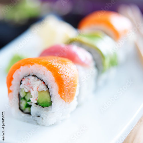 Photo  japanese sushi with stuna, salmon, avocado and shrimp