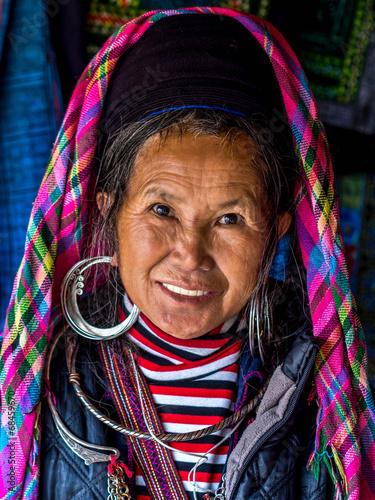 Fotografie, Obraz  Portrét Black Hmong ženy nosí tradiční oblečení, Sapa,