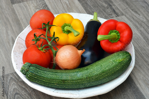 Canvas Prints Grocery Verse groenten op een hoeten bord