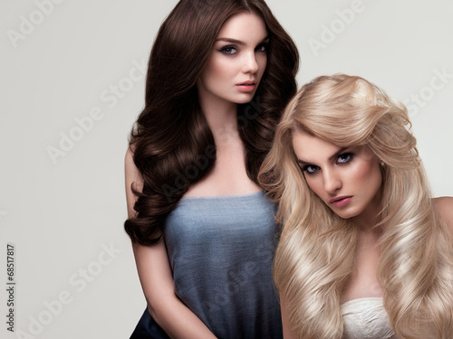 Photo  Brown and Blonde Hair. Portrait of Beautiful Womans with Long Ha