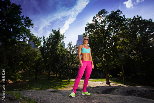 Photo  Young Blonde fit Athletic woman exercising in Central Park