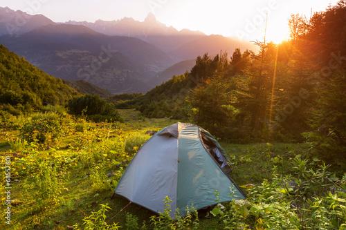 Poster de jardin Alpinisme Tent in mountains