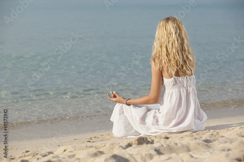 Deurstickers Ontspanning woman practicing yoga on the beach