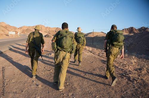 Fotografía  Soldiers patrol in desert