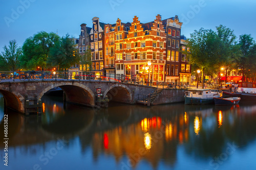 Ingelijste posters Amsterdam Night city view of Amsterdam canal and bridge