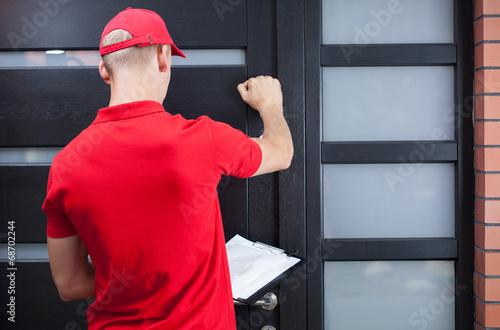 Leinwand Poster Lieferung Mann auf dem Client-Tür klopft