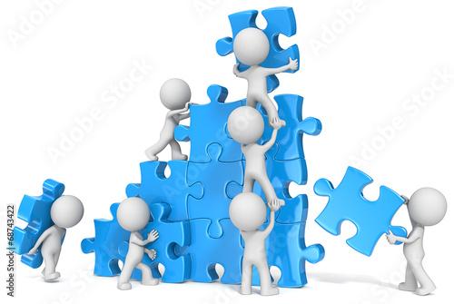 Fotografia  Teamwork. The dude x 7 building large puzzle. Blue.