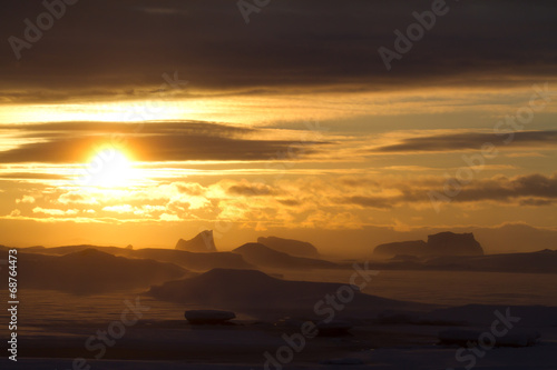 Papiers peints Arctique ice, icebergs and the southern ocean at sunset on a winter eveni