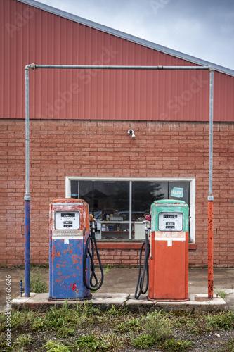 In de dag Route 66 Vintage fuel pomp at closed petrol station