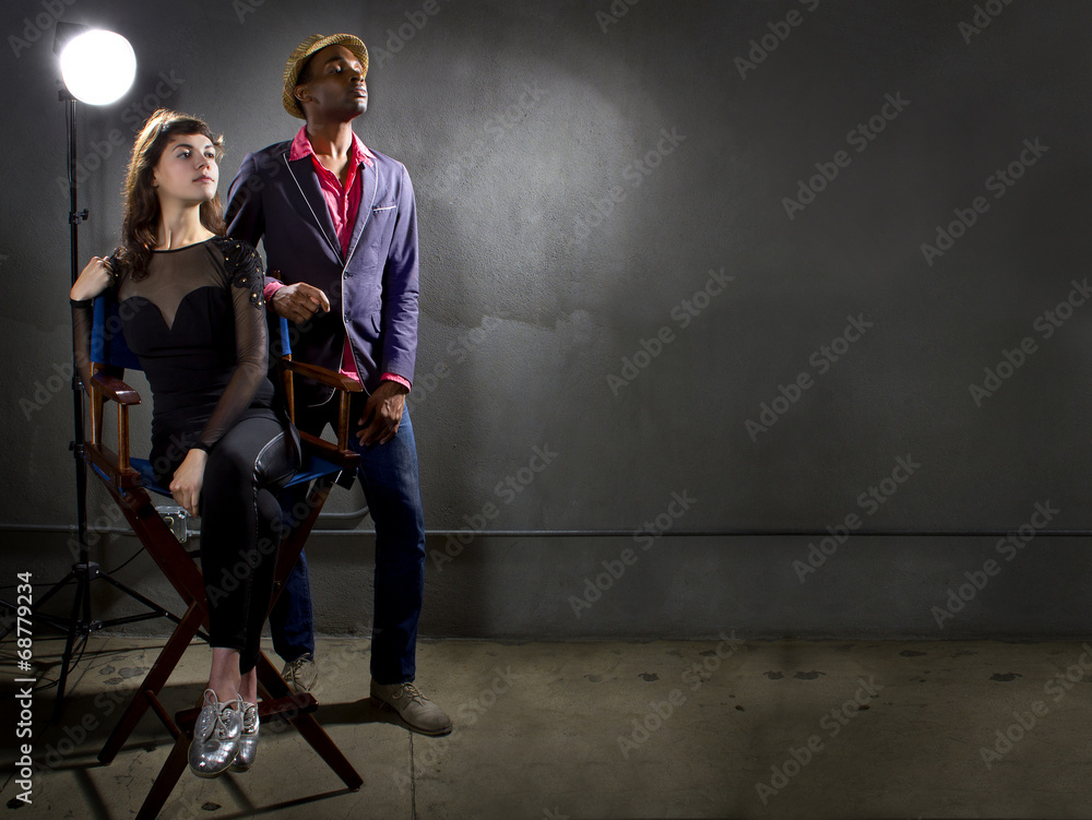 Photo  stylish actors posing on a concrete background