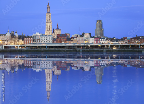 In de dag Antwerpen Antwerpen skyline reflecting in river