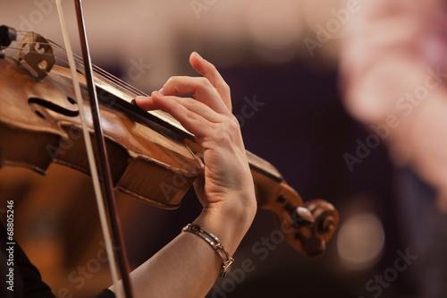 fototapeta na lodówkę Ręka kobieta gra na skrzypcach