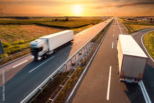mata magnetyczna Dwa samochody na autostradzie w motion blur
