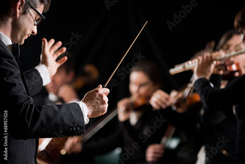 Fotografiet  Conductor directing symphony orchestra