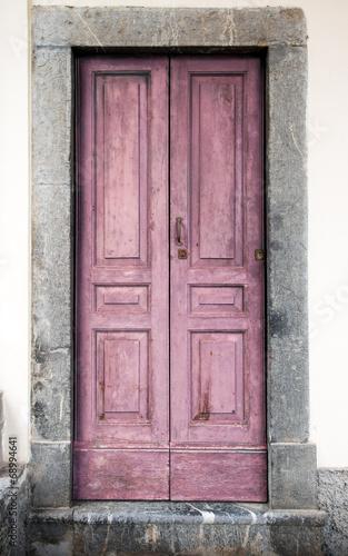 stare-drewniane-rozowe-drzwi