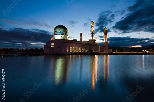 Photo  Kota Kinabalu mosque at dawn in Sabah,Malaysia, Borneo